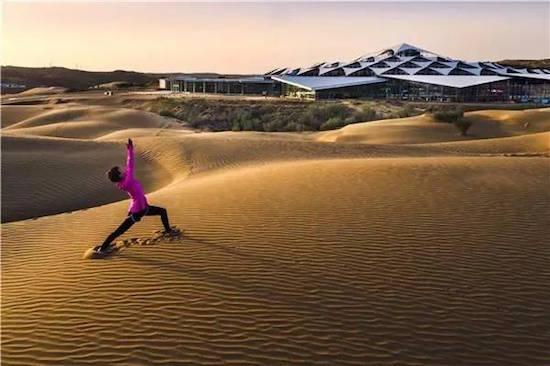 """十一黄金周近在咫尺,七天的假期让我们得以尽情的去享受这份难得的惬意,那颗满怀自由的心是不是早已雀跃不已了? 那么,快叫上你的朋友,带上你的家人走进响沙湾这片沙漠吧!这里一价包的度假方式,一定可以让你嗨翻整个假期。   莲沙度假岛采用的是性价比超高的""""一价包""""度假模式。带上度假手环,你在景区内吃住玩都是免费的,而且还能享受度假客人专用通道。在这里,你即可以在自助餐厅大快朵颐,也可以和亲善友好的""""一粒沙""""一起happy,还可以一个人静静地沉浸在沙漠美景中。  ("""